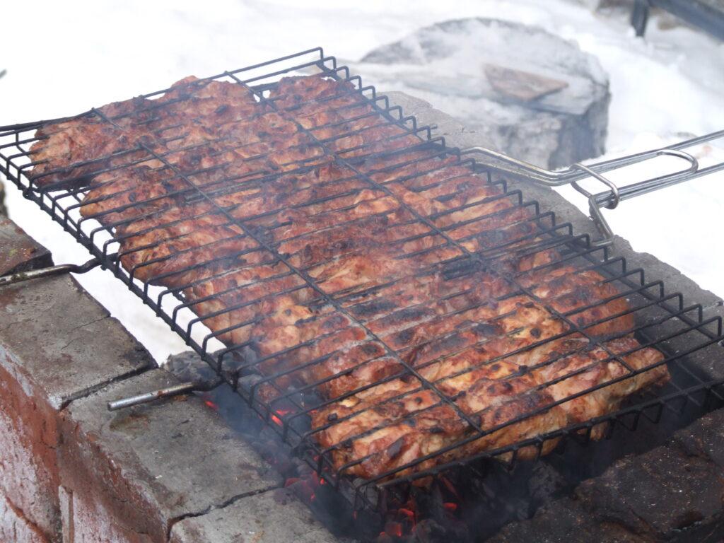 Мясо-гриль - на решётке в зоне BarBQ